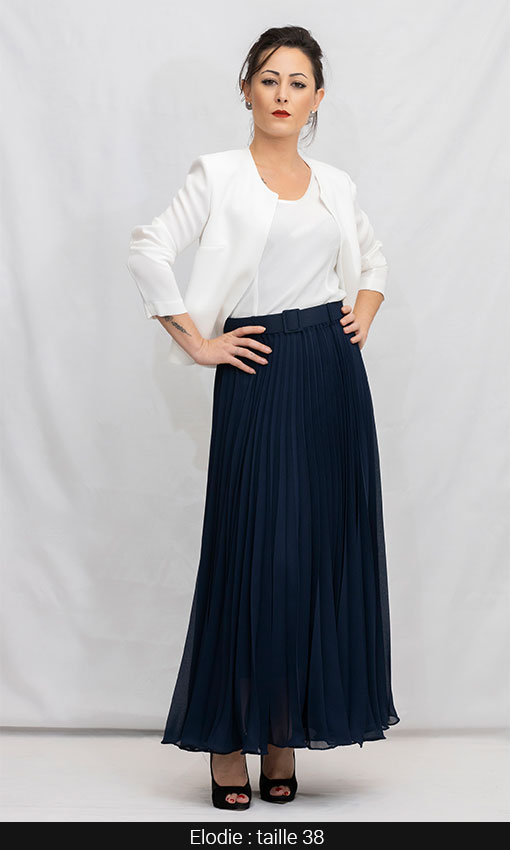 jupe longue plisée et veste bleu marine et blanc